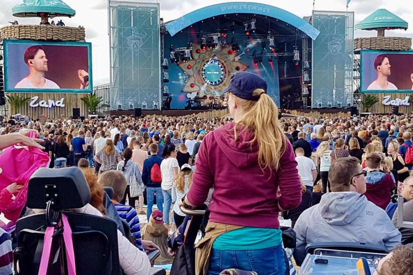 Een prachtig uitzicht op het podium vanaf het rolstoelplatform bij Strandfestival Zand