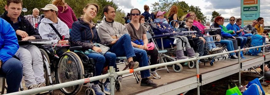 Bezoekers op het rolstoelplatform bij Strandfestival Zand