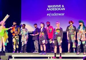 Een modeshow van oudsiderwear met kleurrijke kleding