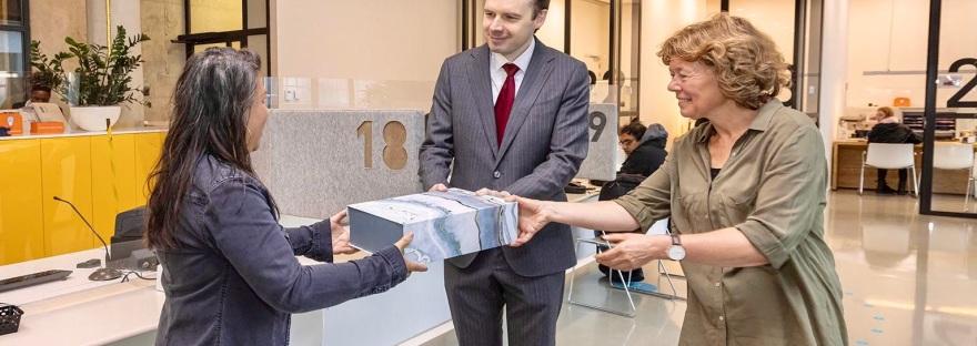 De opening van de loketcommunicatie door Wethouders Froukje de Jonge en Julius Lindenberg.
